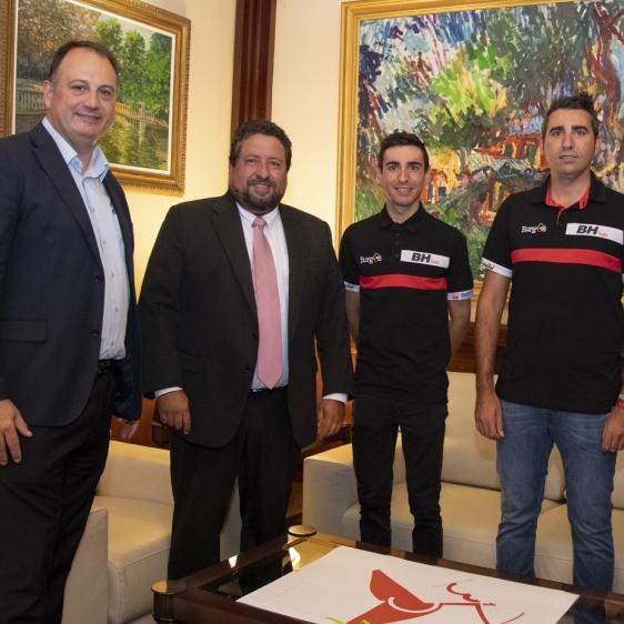 Moliner felicita a Óscar y Jose Cabedo por su participación en la Vuelta a España