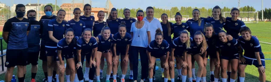 Tania Baños transmite el apoyo de la Diputación al equipo femenino del Castellón en el inicio de la temporada futbolística